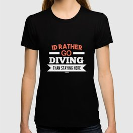 Scuba diver swimming underwater Gift T-shirt