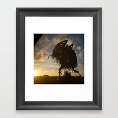 Monstre dans le soleil couchant Framed Art Print
