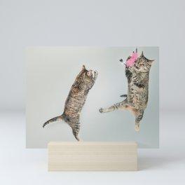 Les chats qui jouent! Mini Art Print