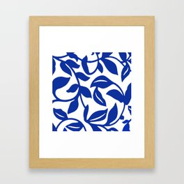 PALM LEAF VINE SWIRL BLUE AND WHITE PATTERN Framed Art Print