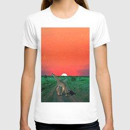 Girafe in Serengeti  - Sunset T-shirt