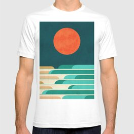 Chasing wave under the red moon T-shirt