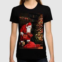 Christmas night, Santa Claus puts gifts under the xmas tree T-shirt
