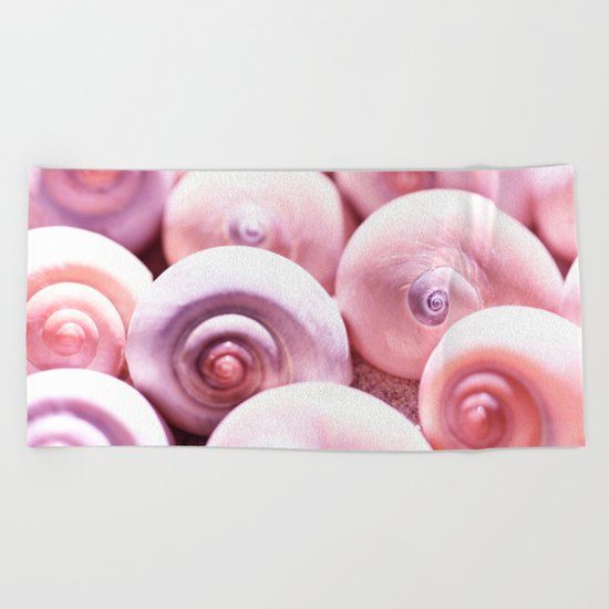 Dream of last summer I - Snail Shells in pink Beach Towel