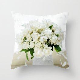 Rosas blancas Throw Pillow