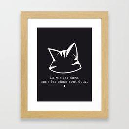 La vie est dure, mais les chats sont doux v2 — renversé Framed Art Print