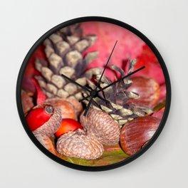 Arbores autumnales modus nucibus pineis oportebit, rosa coxis et hazelnuts Wall Clock