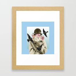 Mujer de las aves Framed Art Print