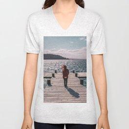 Ella y el lago Unisex V-Neck