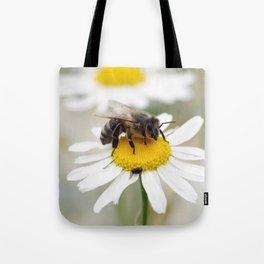 Biene auf der Kamille Wiese Tote Bag
