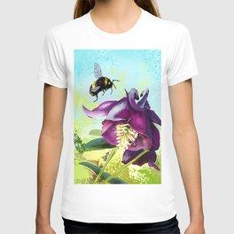 Bee flying 14 T-shirt