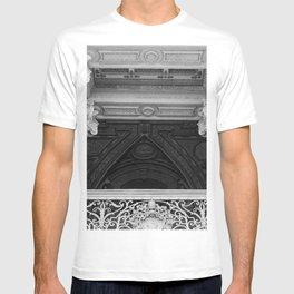 Saint Peters Basilica Photograph by Larry Simpson T-shirt
