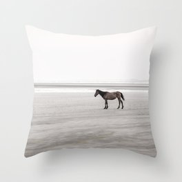 Horse a la playa Throw Pillow