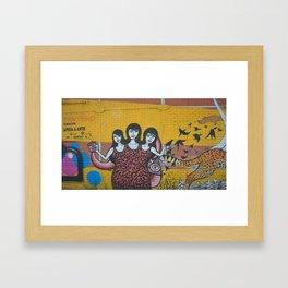 Femmes et le guépard Framed Art Print