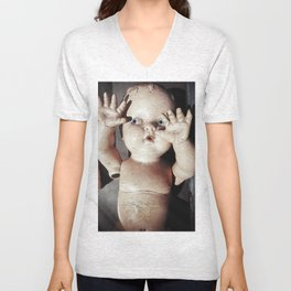 """""""I see you"""" Creepy Scared Doll with Hands Up Unisex V-Neck"""