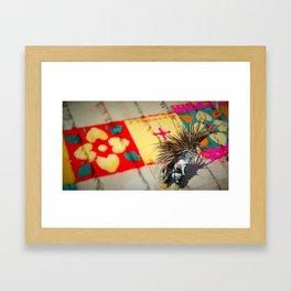 DANZANTE EMPLUMADO Framed Art Print