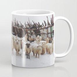Snowy Sheep Stare Kaffeebecher