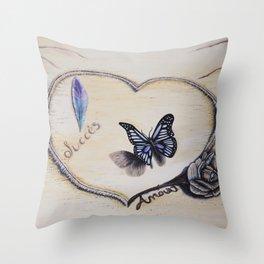 L'amour laisse ses traces Throw Pillow