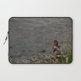 Au bord de l'eau. Laptop Sleeve