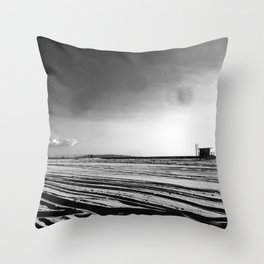 La mère en noir Throw Pillow