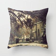 nieve en urkiola Throw Pillow