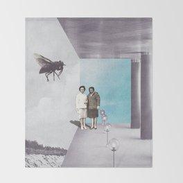 La mouche Throw Blanket