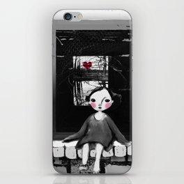 Niña en la ventana iPhone Skin