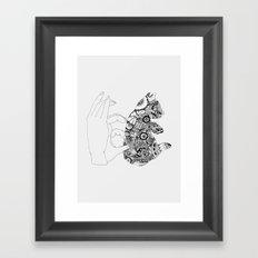 Y en la oscuridad también Framed Art Print