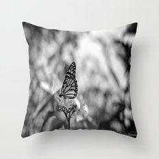 Papillion en  Noir Throw Pillow