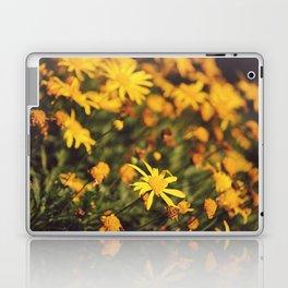 Sigue el camino de margaritas amarillas Laptop & iPad Skin