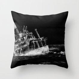 shipwreck aqrebwi Throw Pillow