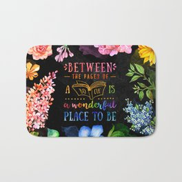Between the pages - black Bath Mat