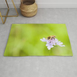 A bee on a flower Rug
