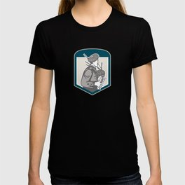 Scotsman Bagpiper Playing Bagpipes Crest Retro T-shirt