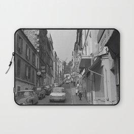 Rue Lepic in Montmartre, met aan het einde van de straat Le Moulin de la Galette, Bestanddeelnr 254 Laptop Sleeve