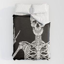 Human skeleton posing isolated over black background vector illustration Bettbezug