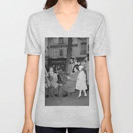 Toeschouwers kijken naar een tekenaar aan het werk op Montmartre, Bestanddeelnr 254 0221 Unisex V-Neck