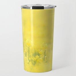 Bergeronnette printanière dans un champs Travel Mug