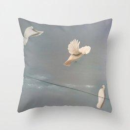 La coppia Perfetta? Throw Pillow