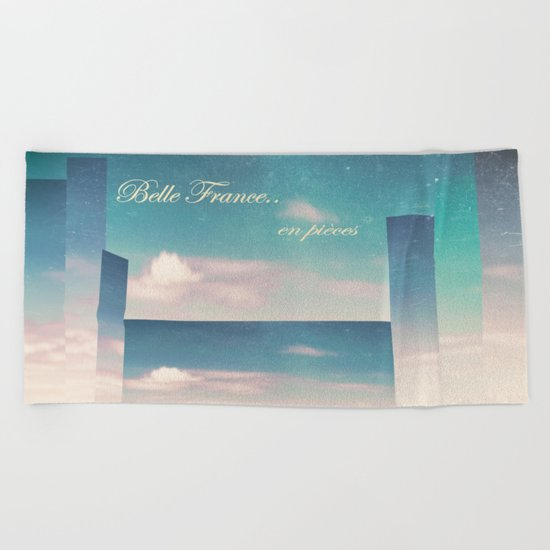 Belle France, en pièces Beach Towel