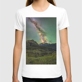 Milky way over nokhu crags T-shirt