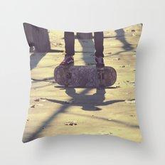 El equilibrio es imposible Throw Pillow