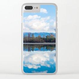 la riva riflessa nel fiume Clear iPhone Case