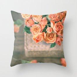 Rosas naranjas Throw Pillow