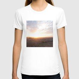 Salisbury Crags overlooking Edinburgh at sunset 2 T-shirt