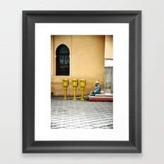 L'homme qui attendait du courrier Framed Art Print