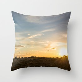 Ocaso en la marisma Throw Pillow