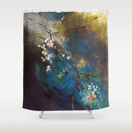 Branche légère dans la tourmente Shower Curtain