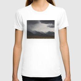 Storm clouds mass over the Sierra Nevadas in California T-shirt