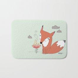 un renard dans la cours Bath Mat
